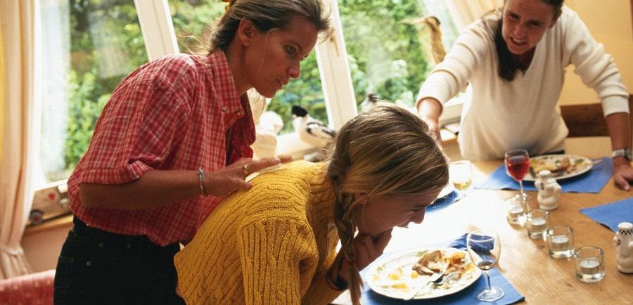 Hướng dẫn cách xử lý khi bị mắc nghẹn thức ăn