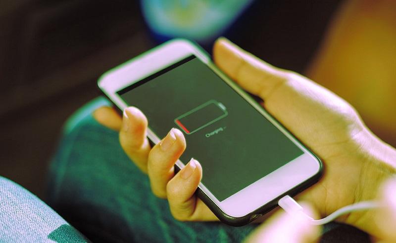 Khi mới mua điện thoại android apple iphone có nên sạc pin trên 8h