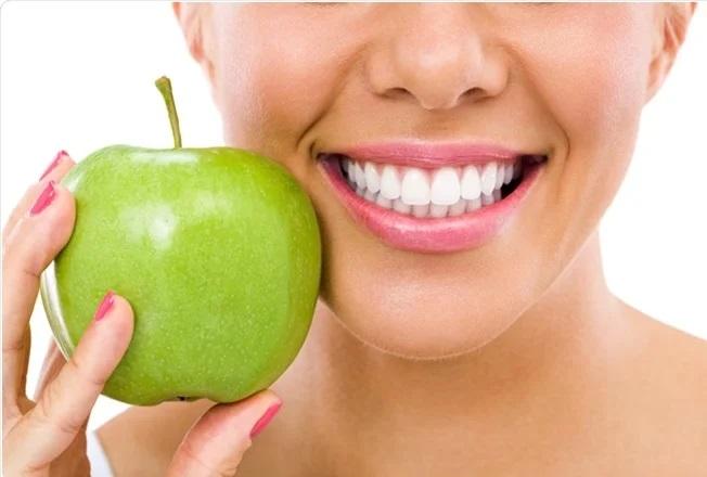 Chế độ ăn uống cũng sẽ tác động đến độ trắng đẹp của răng