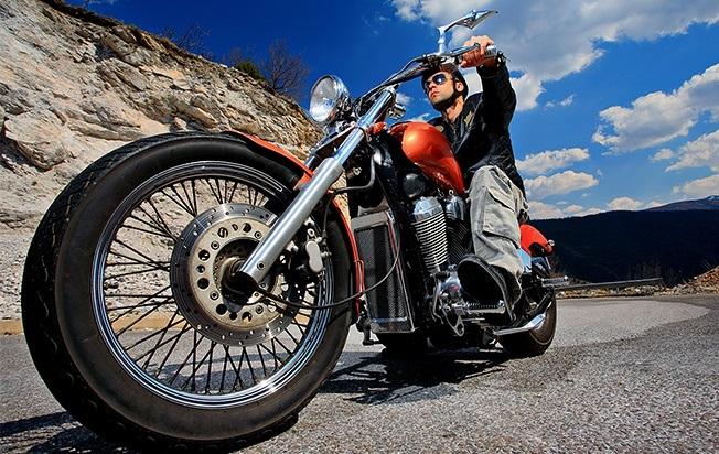 Hãy cho xe máy chạy khoảng 3-5km để nóng máy trước khi thay nhớt
