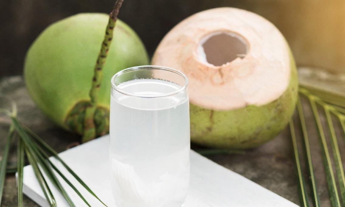 Một ly nước dừa vào buổi sáng