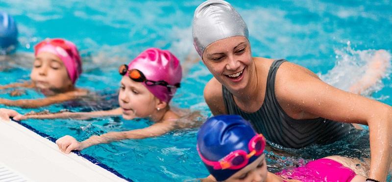 Nên nhờ người có chuyên môn dạy học bơi