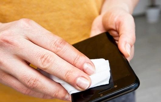 Sử dụng vải mềm chùi sơ điện thoại bị ẩm ướt
