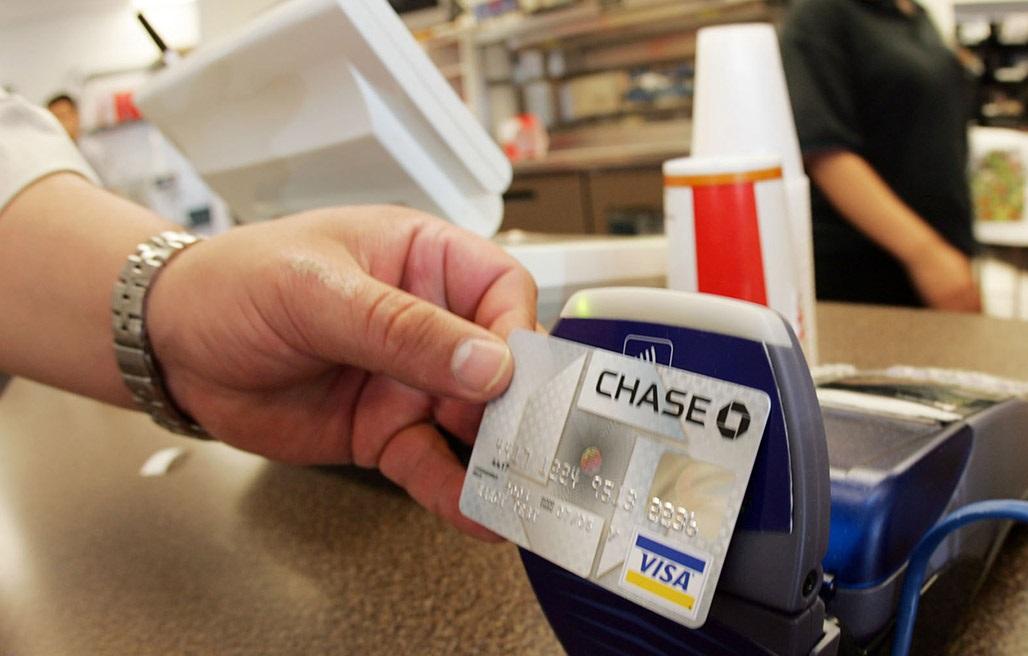 Cân nhắc về phí thường niên và hoàn tiền khi mở thẻ tín dụng